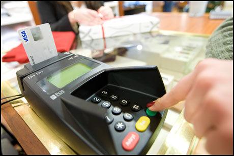 KOMMER TIL KORT: De nye bankkortene med databrikke skulle gjøre det mye sikrere for kundene. Nå har forskere avdekket store sikkerhetshull. Illustrasjonsfoto: Scanpix