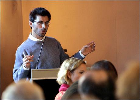 ENGASJERT: Imam Basim Ghozlan fotografert under en debatt om ytringsfrihet i 2006. Foto: SCANPIX