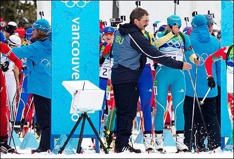 START-PROBLEMER: Her holdes det svenske skiskytterhåpet Anna Carin Olofsson-Zidek igjen i starten av gårsdagens jaktstart i skiskyting. Hun ble sendt ut flere sekunder for seint, og til tross for at de senere ble trukket fra slutt-tiden hennes kan hun ha mistet en medalje på grunn av arrangørtabben. Foto: Heiko Junge, Scanpix