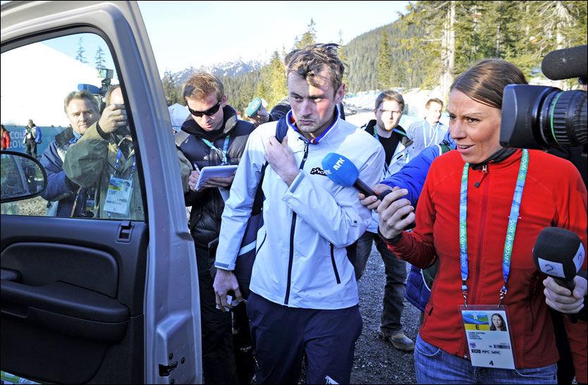 STILLE: Petter Northug ville ikke snakke da han forlot skistadion natt til søndag norsk tid. Foto: Bjørn S. Delebekk