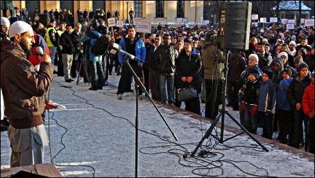 VAKTE OPPSIKT: Mohyeldeen Mohammad vakte stor oppsikt da han advarte mot at vi kunne få et 11. september eller 7. juni i Norge under demonstrasjonen på Universitetsplassen i Oslo. Foto: Scanpix