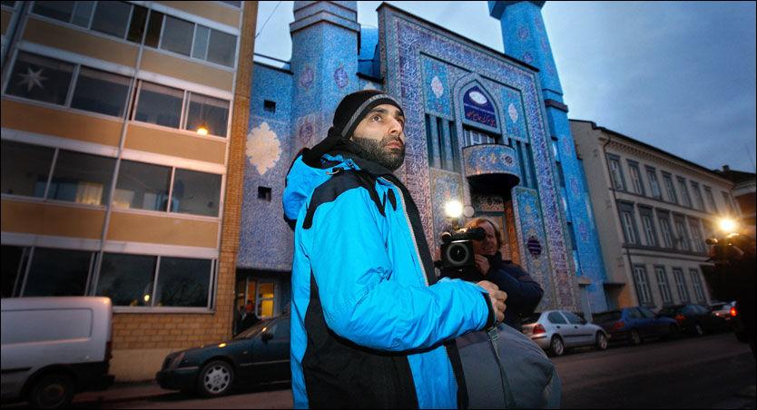 SNAKKER: Arfan Bhatti tar i et intervju med VG Nett Moyeldeen Mohammad i forsvar. Foto: Jan Petter Lynau