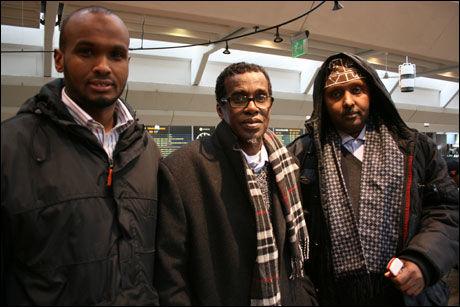 KJEMPER: 50-åringens bror Abdihakim (t.v) får hjelp fra Mohammed Elmi fra Fred og Forsoning, og Ahmed Wais fra Oslo Bystyre. Sammen jobber de nå for å få svar på hva som har hendt med mannen. Foto: Marianne Vikås