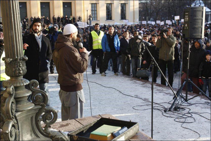 SJOKKERTE: På den tettpakkede Universitetsplassen satte Mohyeldeen Mohammad frem truslene om et 11.september på norsk jord. Foto: AFTENPOSTEN