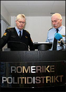 HOLDT PRESSEKONFERANSE: Politiadvokat Kåre Kalvø (t.v.) og konstituert lensmann ved Aurskog-Høland lensmannskontor Ola Fallang (t.h.). Foto: Jarle Brenna