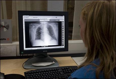 IKKE ALLTID LIKE LETT: Ansatte ved norske sykehus sliter med tun gvinte datasystem, som ikke snakker sammen. Illustrasjonsfoto. Foto: Scanpix