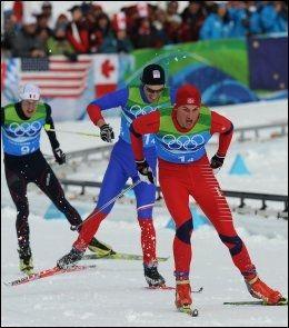 - LEKTE MED ROTTENE: Gunde Svan likte ikke måten Petter Northug slo Martin Koukal (blått) og Emmanuel Jonnier på i sølvkampen på stafetten. Foto: AFP