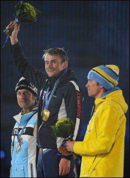 MOTTOKK HYLLEST: Petter Northug fikk gullet foran rundt 60.000 tilskuere i Vancouver. Foto: EPA
