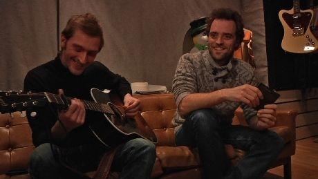 GITARKAMERATER: Minor Majority tok gitaren fatt og spilte popversjonen av «I Drink Alone». Foto: NRK