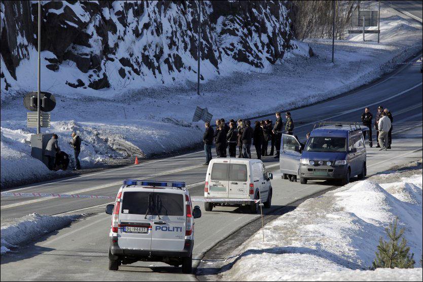 MINNESTUND: Politikolleger av den drepte politimannen samlet seg torsdag til minnestund på E18 der politimannen ble påkjørt natt til i dag. Foto: Scanpix