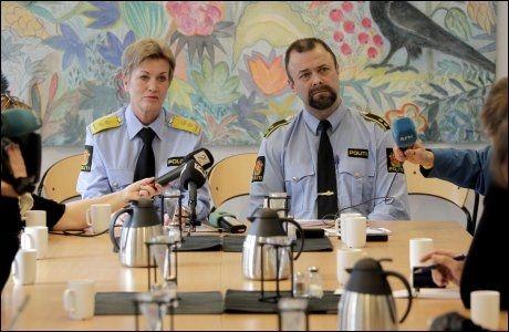 PREGET PRESSEKONFERANSE: Politimester Kirsten Lindeberg og fungerende stabssjef Bård Austad var tydelig preget da de holdt en pressekonferanse i Kristiansand torsdag. Foto: Scanpix