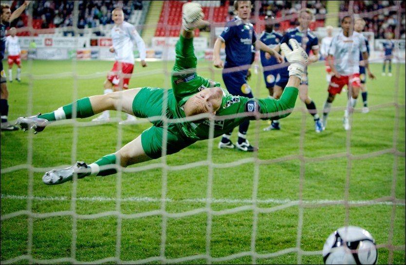 KAN VÆRE SLUTT: Finner ikke Espen Johnsen seg noen ny klubb før 15. august, er karrieren over. Foto: Scanpix