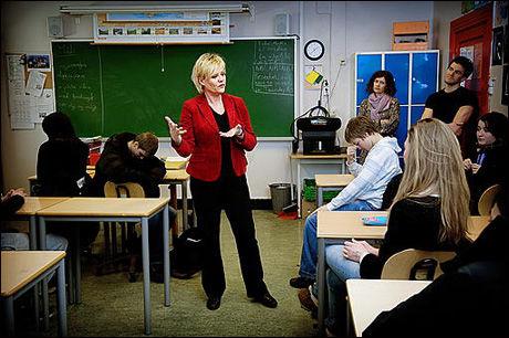 KRISTINS TIME: Kunnskapsminister Kristin Halvorsen vil skape sin egen skoletime der elever fra ungdomsskolen skal tas med på råd om hvordan skape en skole som bedre treffer ungdommens liv. I går traff hun klasse 10 B på Ila skole. Ikke alle var like engasjerte. Foto: Line Møller