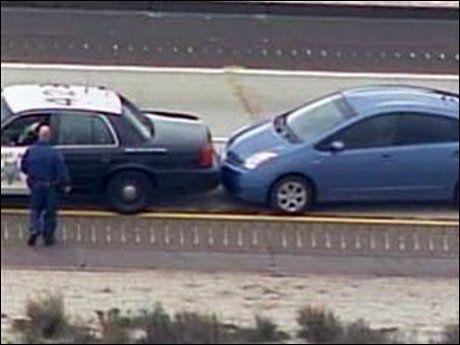 STANSET: Snarrådige politimenn brukte sin egen tjenestebil til å stanse denne bilen, en Toyota Prius, da gasspedalen hang seg opp. Foto: Reuters