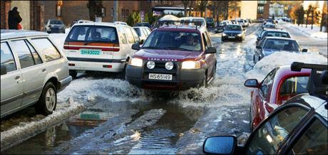 UTFORDRENDE VANN: Smeltevannet i veiene kan gjøre det vanskelig å kjøre bil. Foto: