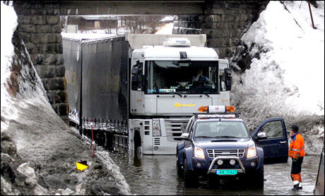 BOM FAST: Vannet under jernbanebroen i Namskogan i Nord-Trøndelag var dypere enn vogntogsjåføren ante. Dermed ble det bom stopp. Foto: Anne Brekkvassmo