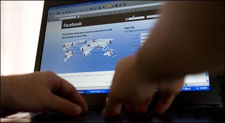 STRAFFET SNOKING: Å misbruke Facebook-kontoen til andre kan bli en dyr affære. Foto: AP