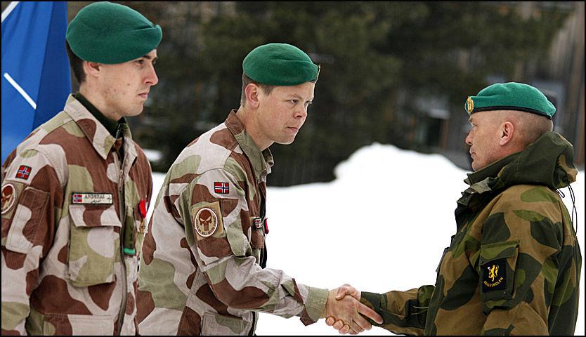HEDRET: Grenader Andreas (t.v.) og fenrik Stian mottok medaljer for sin innsats i Afghanistan. Foto: Ida-Kristin Gudbrandsen/Forsvaret