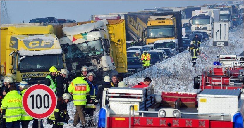 171 INVOLVERTE: 171 biler var involverte i denne ulykken fredag morgen. Foto: EPA