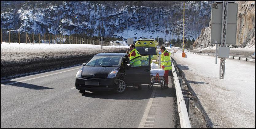 TIL SYKEHUS: Her tar ambulansen med seg 49-åringen til sykehuset for en kontroll etter at han måtte kjøre inn i autovernet. Foto: Morten Boswarva