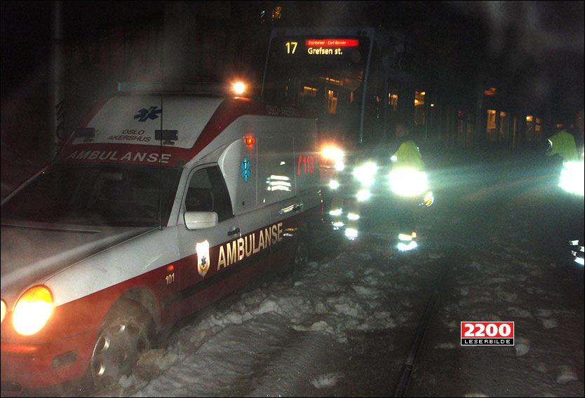 KJØRT FAST: 27-åringen kjørte den første ambulansen fast i trikkeskinnene like utenfor legevakten. Da gikk han for å stjele en ny. Foto: VG Nett-leser