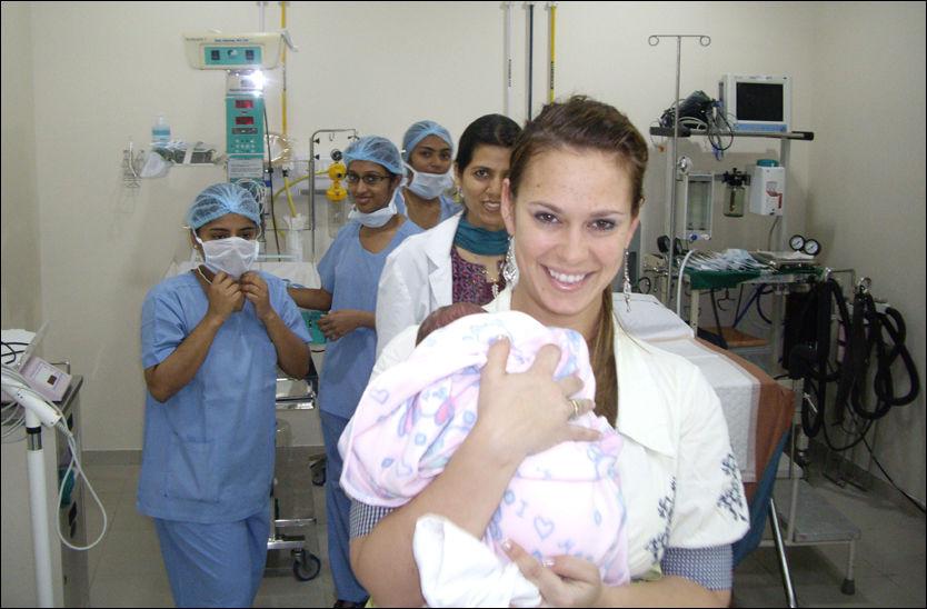 FØRSTE MØTE: Her møter mamma Caroline Rostrup sin datter Ella Alice for første gang på et sykehus i India. Hun kom til verden med hjelp fra en indisk surrogatmor. Foto: PRIVAT