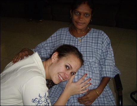 UTSTRÅLING: - Surrogatmoren Geeta og jeg hadde en gjensidig kjemi og hun hadde en fantastisk utstråling. Her lytter Caroline til babylyder like før keisersnittet. Foto: PRIVAT