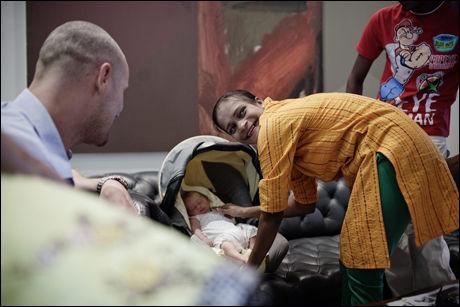 FIKK SE BABYEN: Indiske Geeta Sudhir Jadhav (30) skulle egentlig ikke se babyen hun hadde båret på etter klinikkens anbefalinger, med da Norge krevde at hun skrev fra seg foreldreansvaret foran den norske konsulen i Mumbai bød sjansen seg likevel. Foto: Trond Sørås