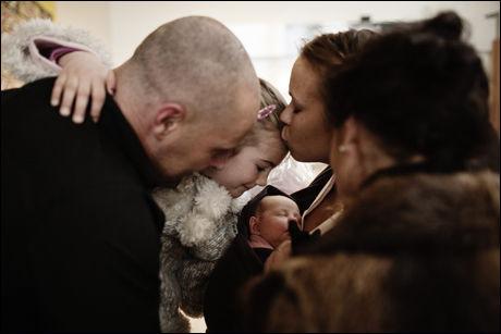 FAMILIEN SAMLET: Etter ukesvis med bekymringer for om Ella fikk norsk pass kan den lykkelige familien endelig klemme storesøster Alva som ventet på flyplassen på Sola. Foto: Trond Sørås
