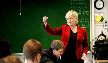 I EN KLASSE FOR SEG: Kristin Halvorsen besøker 10. klasse på Ila skole i Oslo tidligere i år. - Økende antall miniriteter i Oslo-skolen er ikke et probleme. Det er en utfordring, sier hun til VG Nett. Foto: Line Møller