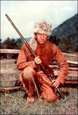 KARAKTEREN: Davy Crockett med den karakteristiske pelslua. Foto: AP