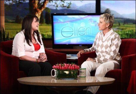 FIKK BESØKE ELLEN: 18 år gamle Constance McMillen i TV-studio hos Ellen DeGeneres fredag. Foto: AP