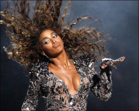 R&B-DIVA: Beyonce (29) - her på scenen under MTV Video Music Awards i fjor. Foto: Reuters