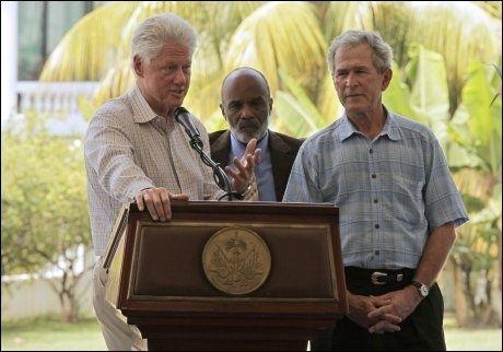 BESØKTE HAITI: De tidligere amerikanske presidentene Bill Clinton og George W. Bush holdt pressekonferanse sammen med den haitiske presidenten René Préval i Port-au-Prince mandag. Foto: REUTERS/SCANPIX