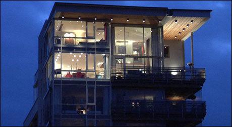 LUKSUS: Fra bryggepromenaden i Fredrikstad kan man se opp på luksusleiligheten til Lars Ole Johansen. Nå blir livet til gründeren av Oslo Liftutleie serie på VGTV. Foto: Merete Gamst
