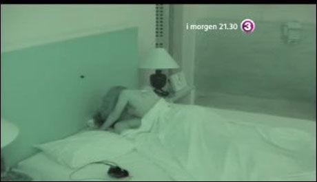 HOPPET TIL KØYS: Emil Løvstad og nykommeren Maria Isabel Fernandez ble årets første par til å ha sex i denne sesongen av «Paradise Hotel» Foto: TV 3