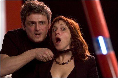 DRIVENDE VELSPILT: Dejan Cukic spiller den tsjetsjenske terroristen Ramzan og Anneke von der Lippe er tv-stjernen Kristin Bye i TV2s påskethriller-serie «Ulvenatten». Foto: Odd-Steinar Tollefsen