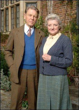 MYSTERIUM: Miss Marple (Julia McKenzie) er gjest hos Lord Caterham (Edward Fox) da det skjer et mord. Foto: ITV