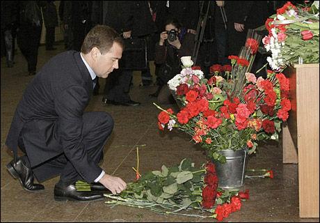 SØRGER: President Dimitrij Medvedev var blant dem som la ned blomster ved åstedet for terrorbombene i Moskva mandag. Nå har han dratt til Dagestan for krisemøter. Foto: EPA Foto: