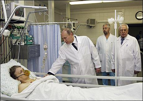 LOVER HANDLING: Stasminister Vladimier Putin sier han skal knuse terroristene. Her besøker han en av de overlevende etter terrorbombingen på Botkinskaja-sykehuset i Moskva. Foto: REUTERS