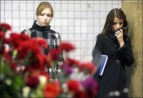 MINNES OFRENE: To kvinner sørger foran bilder av ofre for terrorbombingen på t-banestasjonen Park Kulturij i Moskva. Foto: EPA
