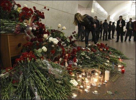 I SORG: Utenfor Lubjanka-stasjonen hadde mange lagt blomster og tent lys til minne om ofrene for bombeangrepene mandag. Foto: Reuters/Scanpix