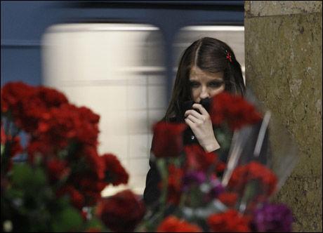 SØRGER: Folk strømmet i går til de rammede t-banestasjonene for å minnes døde venner og slektninger. Foto: AP