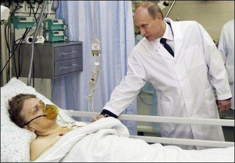 BESØKER OFRENE: Russlands statsminister Vladimir Putin besøker en av de overlevende etter terrorangrepet. Foto: Reuters