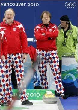 VASKETABBE: Landslagstrener Ole Ingvaldsen (t.v.) mener de nye, psykedeliske buksene ikke passer seg som landslagsantrekk. Etter OL gikk det galt da han skulle vaske klovnebuksene som ble brukt her under OL. Her er han avbildet sammen med sportssjef Pål Trulsen. Foto: Scanpix