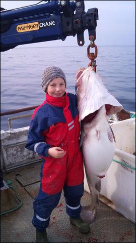 TRYGT OMBORD: Her er stortorsken ombord i båten, til stor glede for den stolte fiskeren. Foto: Privat
