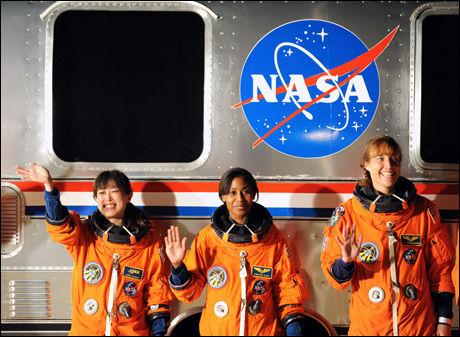 KLARE: Naoko Yamazaki (venstre), Stephanie Wilson og Dorothy Metcalf-Lindenburger (høyre) er historiske etter at romskipet Discovery ble skutt opp i verdensrommet. Foto: AFP