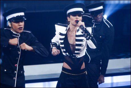 VELKLEDD: Cheryl Cole har ofte på seg oppsiktsvekkende antrekk på scenen. Foto: AP