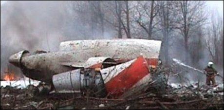 VRAKET: Vrakrestene etter flyulykken i Smolensk i Russland lørdag. Foto: Reuters