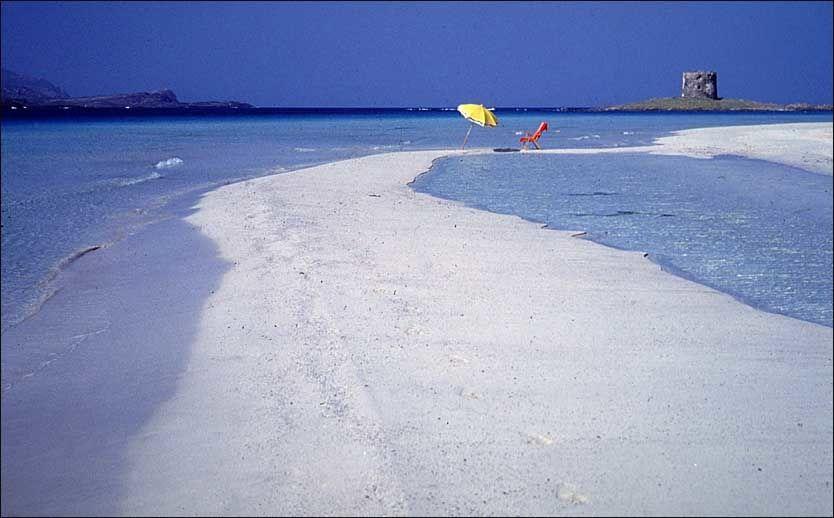 FORLOKKENDE: Sardinia har mange av Italias vakreste strender. Dette er Stintino. Foto: Enoteca ENIT